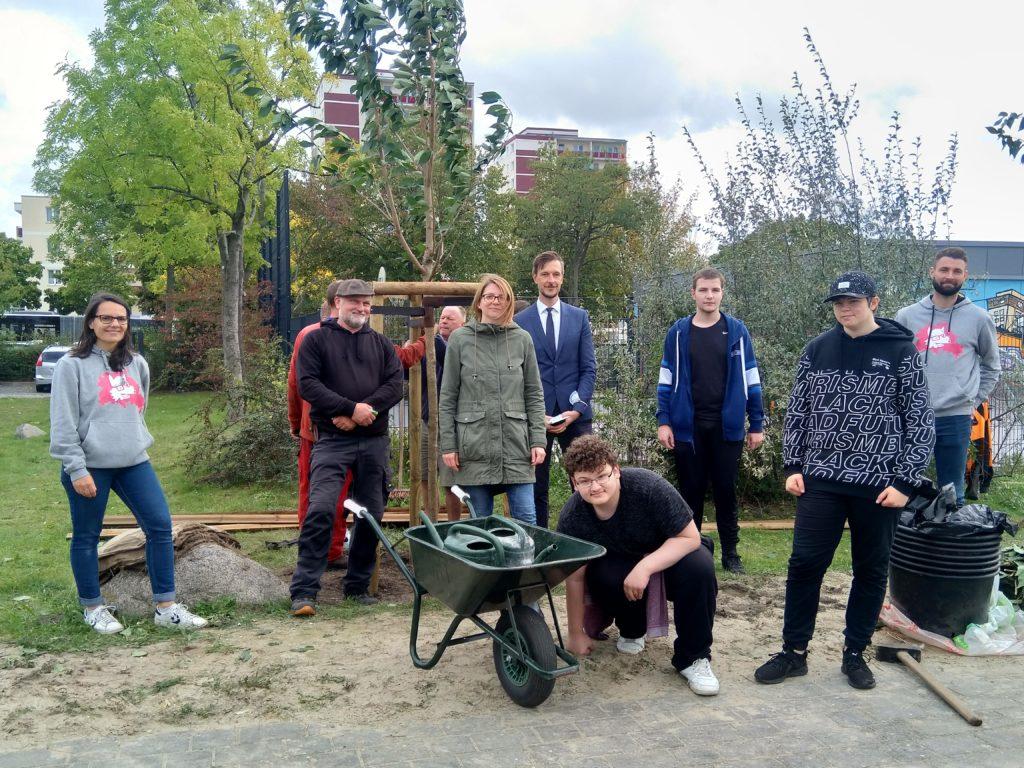 Noch Schüler und im Leben schon sieben Bäume gepflanzt.